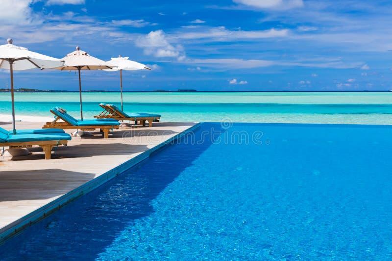 przewodniczy pokładu nieskończoności lagunę nad basenem tropikalnym zdjęcia royalty free