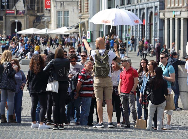 Przewodnik wycieczek z turystami w Amsterdam, Holandia zdjęcie stock