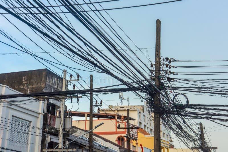 Przewody elektryczne i przewody skręcane na słupie elektrycznym w mieście zdjęcia royalty free