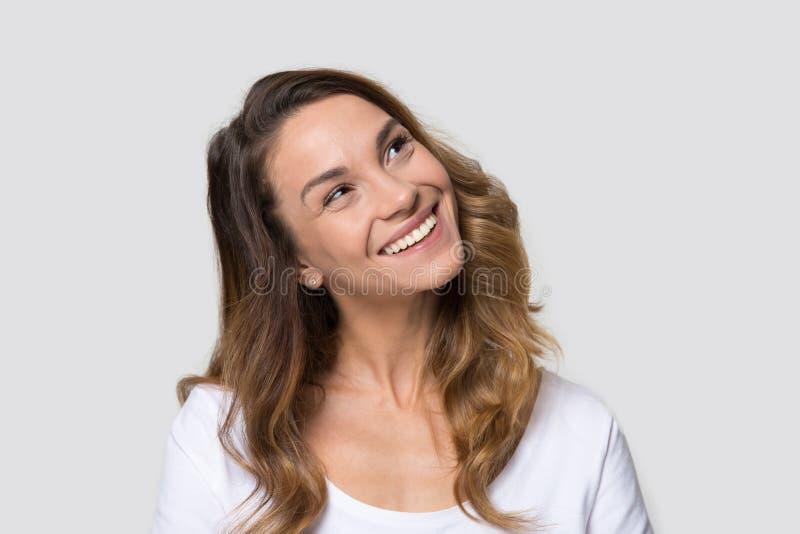Przewodzi strzału portreta atrakcyjnej millennial kobiety nad biały patrzeć naprzód fotografia royalty free