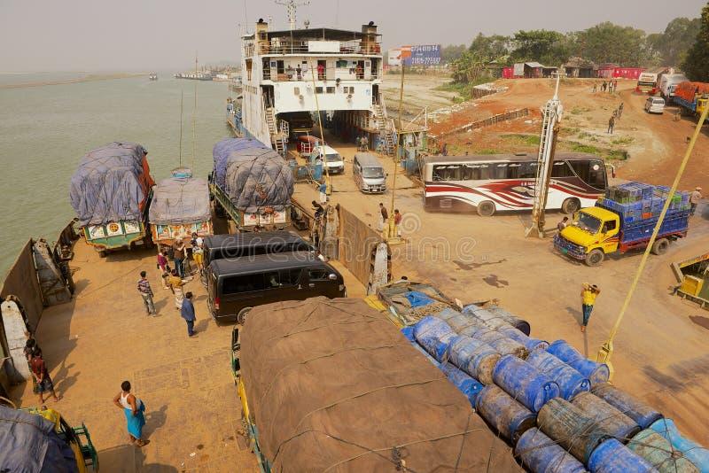 Przewozi personelu i pasażery przedstawiają przy rozładowywać Daulatdia ferryboats przy Ganga brzeg rzeki w Chhota Dhulandi, Bang fotografia stock