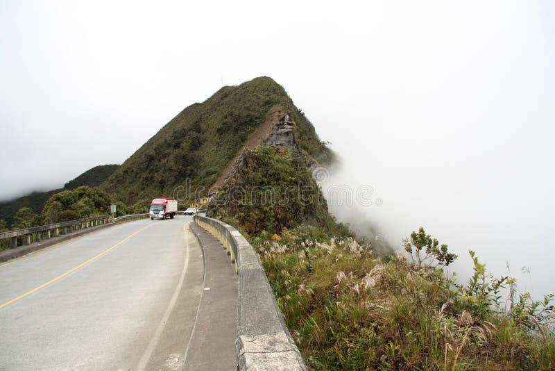 Przewozi samochodem przy halną drogą w chmurach, Yungas, Boliwia obraz stock