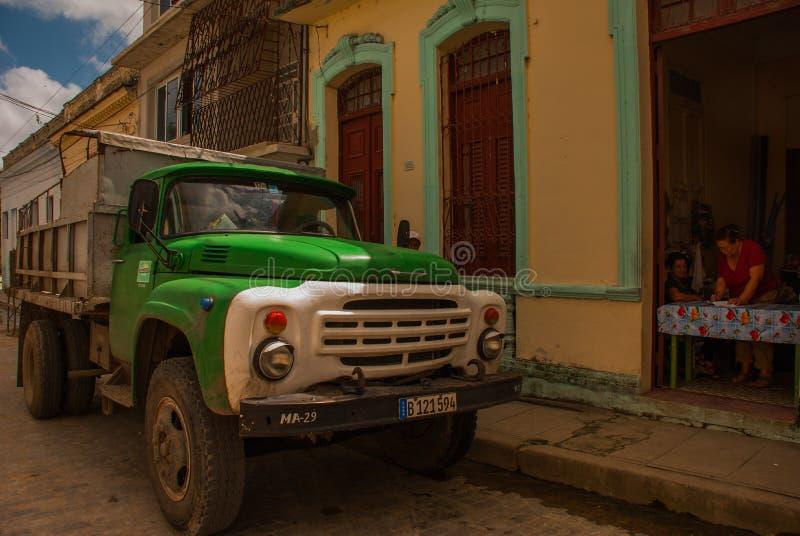 Przewozi samochodem w starym mieście Santa Clara, Kuba Kuba ` s wiejski transport głownie zrobi starymi Robić ciężarówkami fotografia royalty free