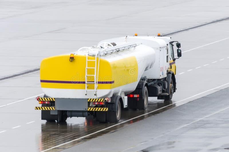 Przewozi samochodem Z Paliwowym zbiornikiem Na autostradzie, metali tankowów wysyłki paliwowy paliwo obrazy royalty free