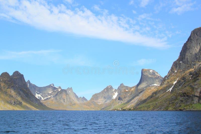 Przewozi w fjord Reine w Lofoten obraz stock