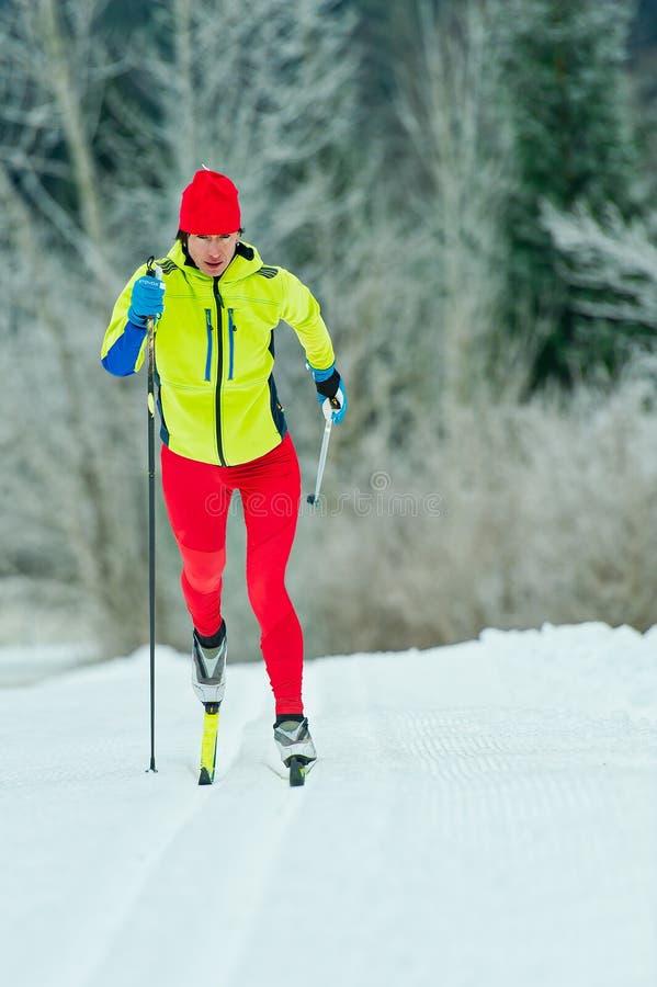 Przez cały kraj narciarstwa klasyczna technika ćwiczyć kobietą zdjęcia stock