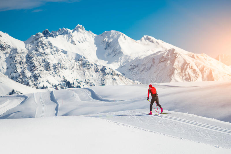 Przez cały kraj narciarstwa klasyczna technika ćwiczyć mężczyzna obraz stock