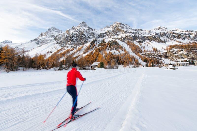 Przez cały kraj narciarstwo w jesieni w Engadine dolinie obraz stock