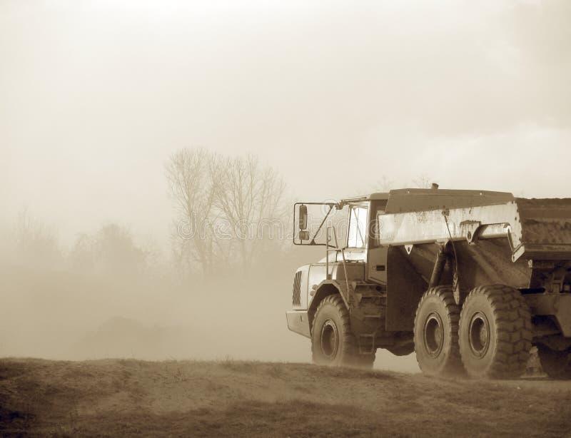 przez ciskacza, ciężarówka budowlanych obraz stock