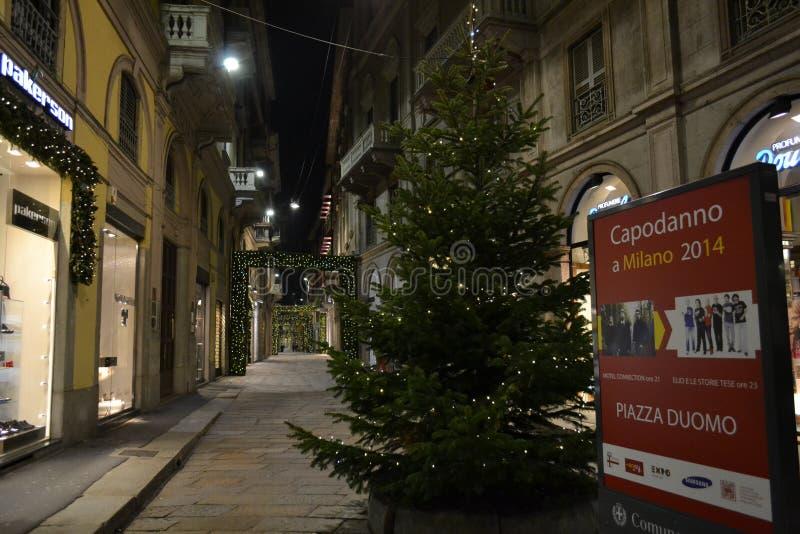 Przez Della Spiga mody ulicy Mediolański mody śródmieście, dekorującej dla Bożenarodzeniowych wakacji fotografia stock