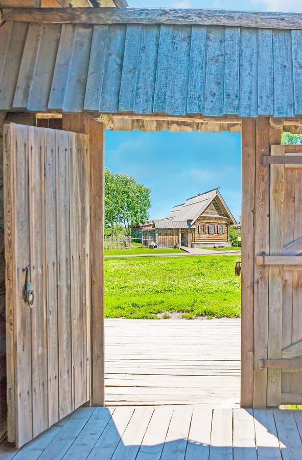 Przez drewnianej bramy Suzdal dom obrazy royalty free