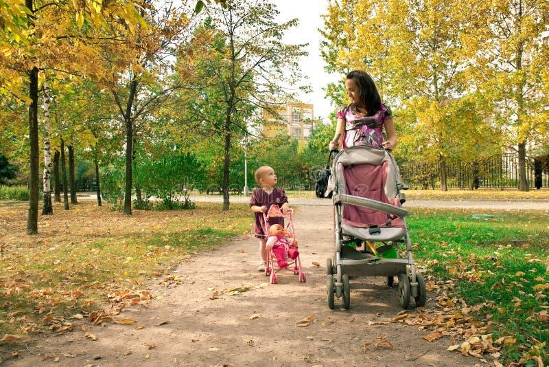 przez dziecka matki parka odprowadzenie zdjęcia stock