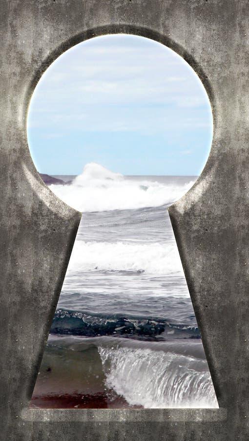 Przez Keyhole - morza niebieskie niebo i fala obrazy stock