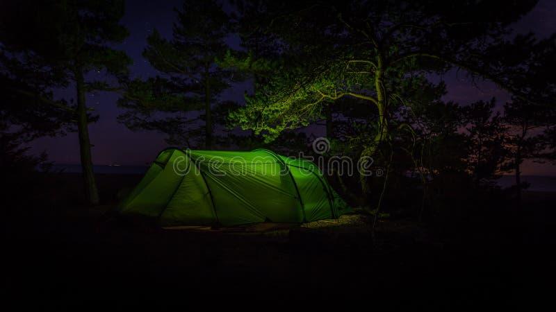Przez noc tenting W Finlandia przy parkiem dzwonił Varlaxudden fotografia royalty free