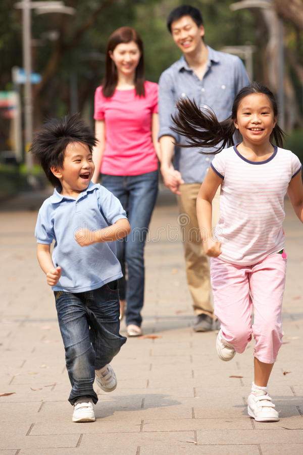 Przez Parka chiński Rodzinny Odprowadzenie fotografia stock