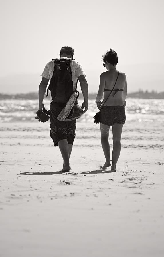 przez plażowej pary chodzących potomstwa fotografia stock