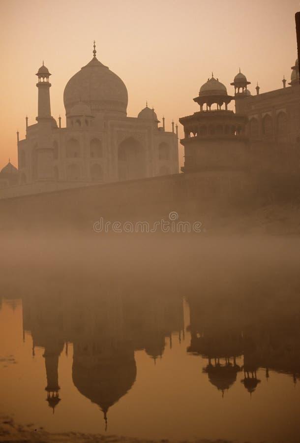 przez rzekę mahal sunrise taj zdjęcie stock