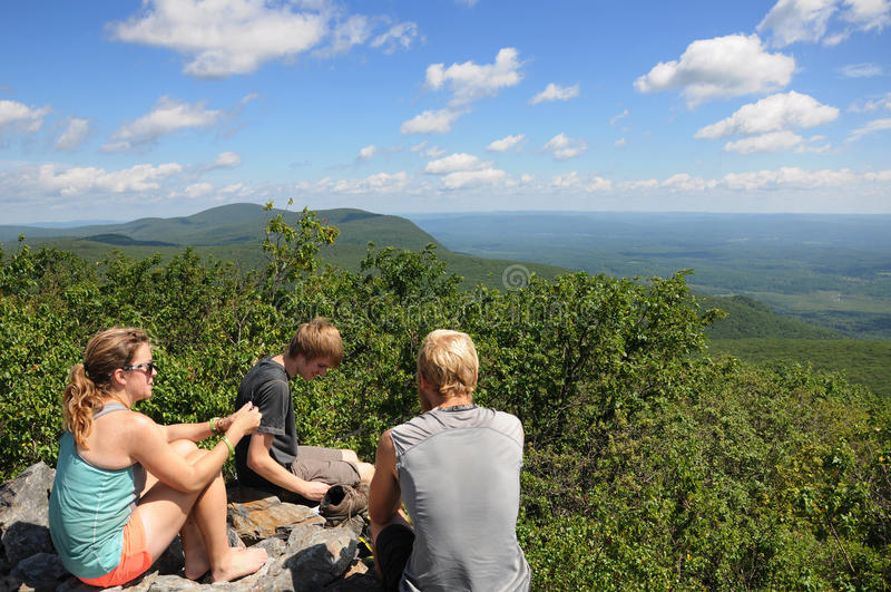 Przez wycieczkowiczy na Appalachian śladzie zdjęcia royalty free