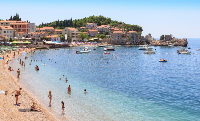 PRZNO,布德瓦里维埃拉地区,黑山, 2014年8月2日:海湾和海滩的全景在Przno 免版税库存照片