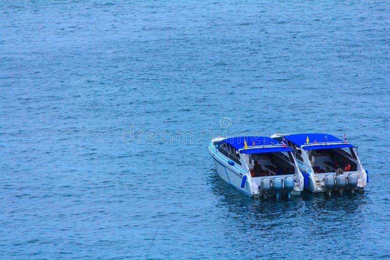Przyśpiesza łódź w pięknym tropikalnym morzu i niebieskie niebo Similan isl fotografia stock