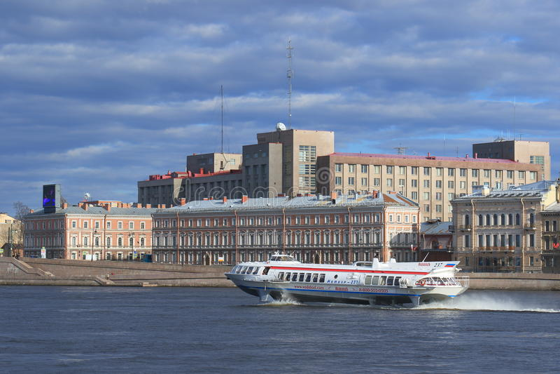 Przyśpiesza łódkowaty ścigać się na rzecznym Neva w Petersburg zdjęcia stock