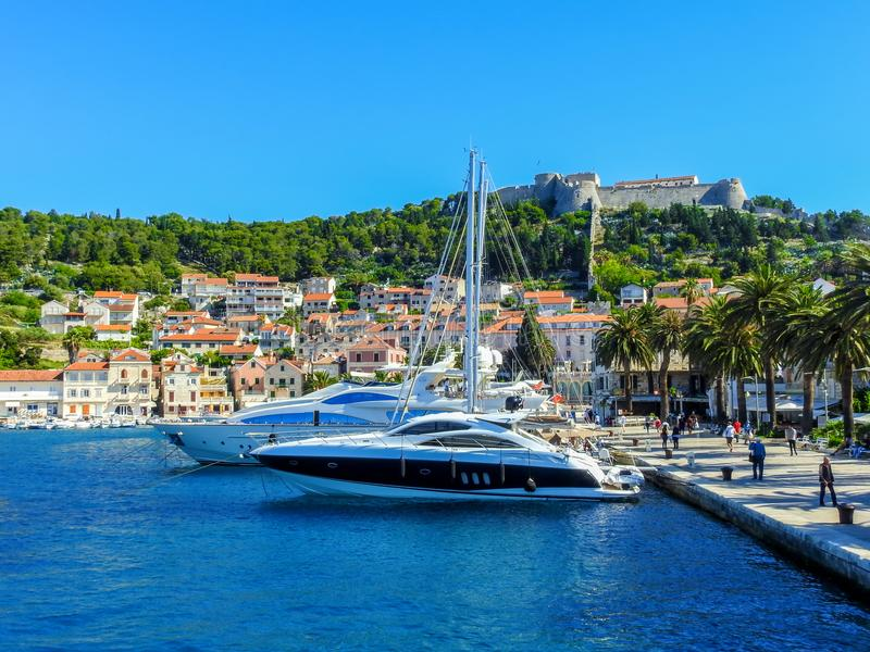 Przyśpiesza łodzie i jachty w Hvar, Chorwacja obrazy stock