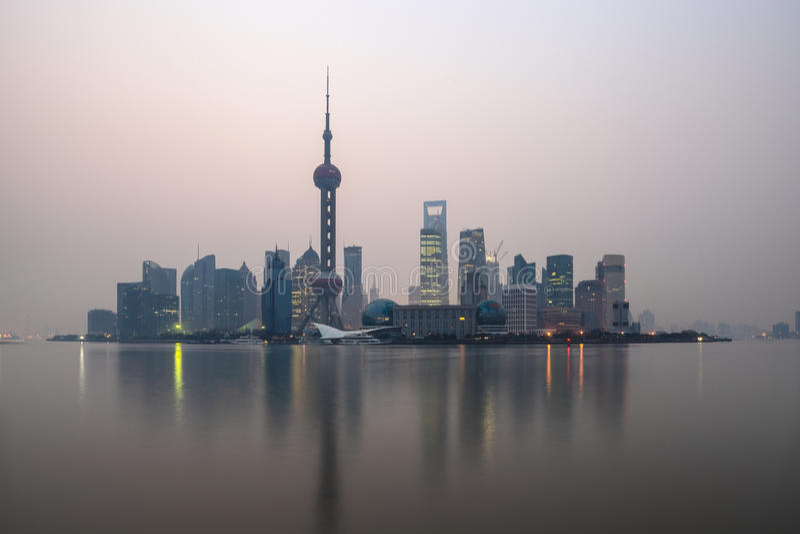Przy świtem Szanghaj linia horyzontu obraz stock