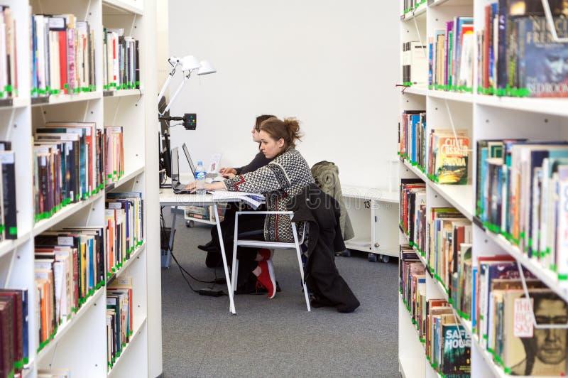 Przy biblioteką żeńscy ucznie fotografia royalty free