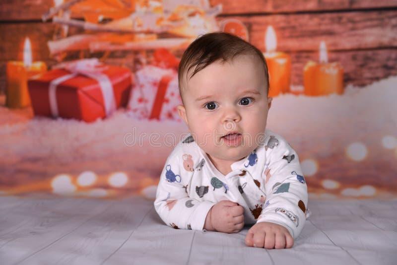 Przy Bożymi Narodzeniami śliczna Chłopiec zdjęcia royalty free