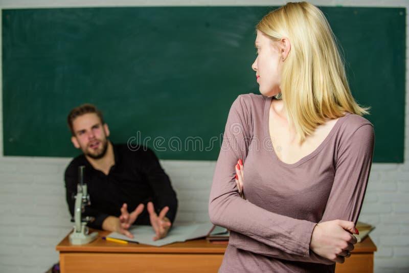Przy egzamin sesją Szkoły średniej studencki odpowiadanie przy konwersatorium Żeński uczeń z schoolmaster przy egzaminem urocza k zdjęcie royalty free