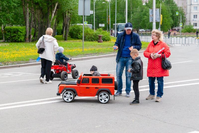 Przy festiwalem, dzieci jadą na ampuły zabawki samochodach obrazy royalty free