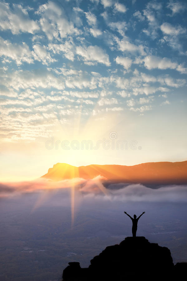 Przy góra wierzchołkiem mężczyzna zdjęcie stock