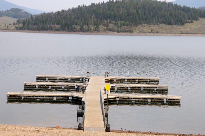 Przy halnym jeziorem łódkowaty dok fotografia royalty free