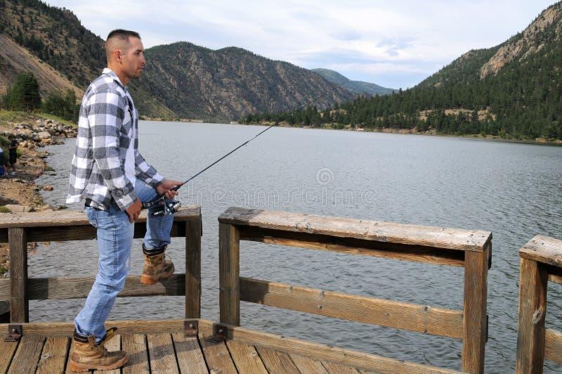 Przy jeziorem mężczyzna połów obraz stock