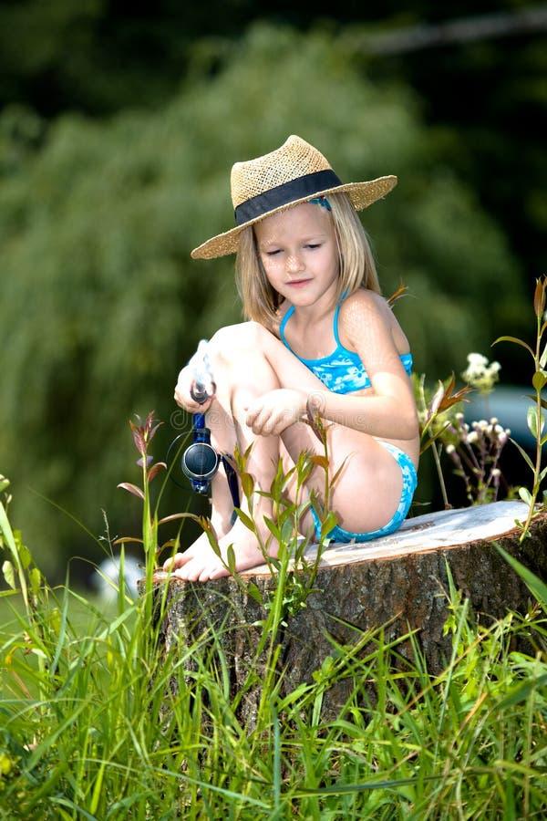Przy jeziorem młoda dziewczyna połów obraz royalty free