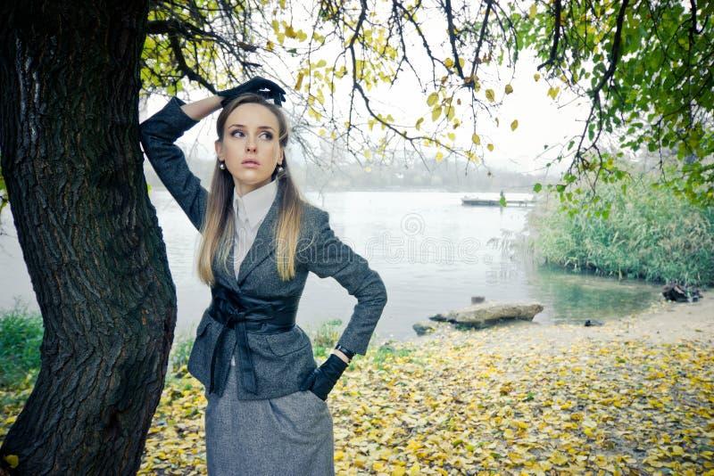 Przy jeziorem piękna dziewczyna obrazy royalty free