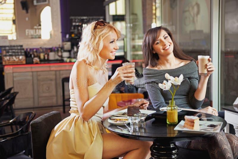 Przy kawiarnią dwa kobiety obrazy stock