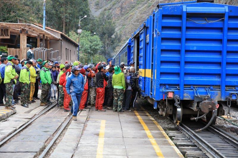 Przy końcówką inka ślad Mach Picchu lokalni przewdoniki biorą bagaż dla turystów od pociągu w Ollantaytambo zdjęcia royalty free