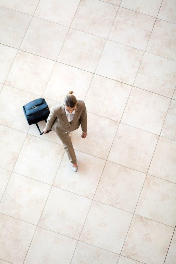 Przy lotniskiem młodej kobiety odprowadzenie obraz royalty free