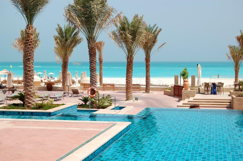 Przy luksusowym hotelem pływaccy baseny zdjęcie royalty free