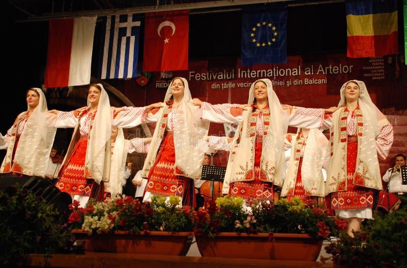 Przy międzynarodowym festiwalem rumuńscy ludowi tancerze obraz stock