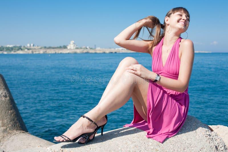 Przy morzem atrakcyjna dziewczyna fotografia stock