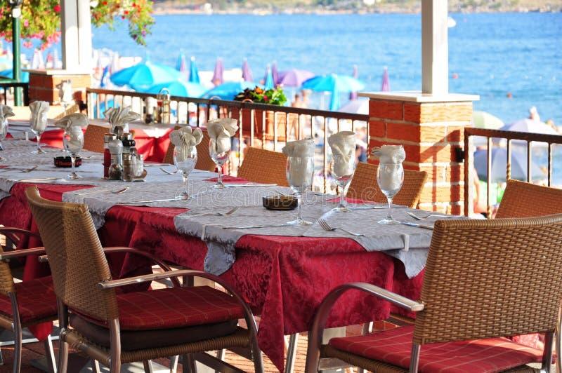 Przy nadmorski restauracją stołowy położenie zdjęcie royalty free