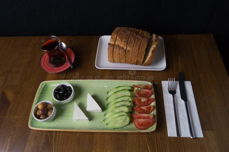 Przy ?niadaniem, og?rkowa pomidorowa serowa oliwna taca zdjęcia stock