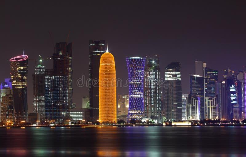 Przy noc Doha linia horyzontu, Katar obraz stock