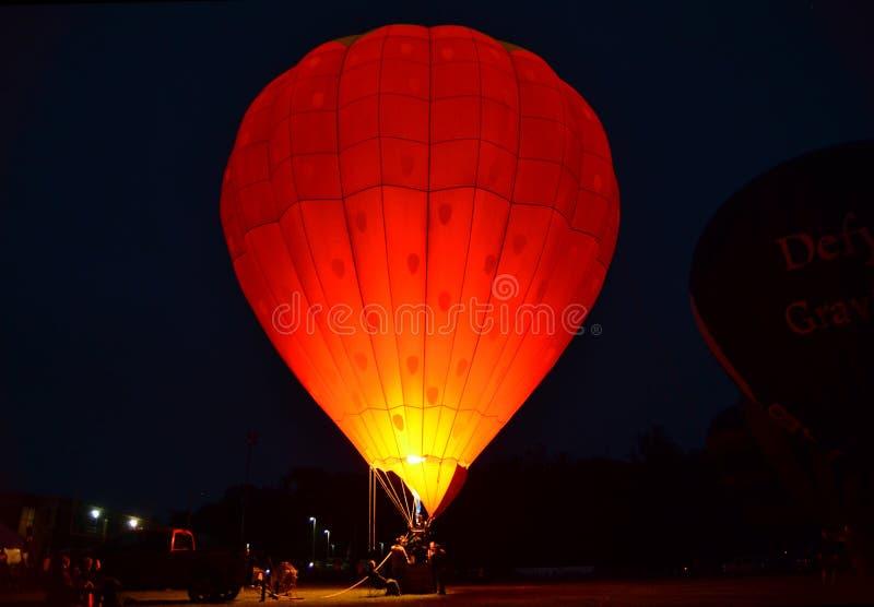 Przy noc gorące powietrze balon obraz stock