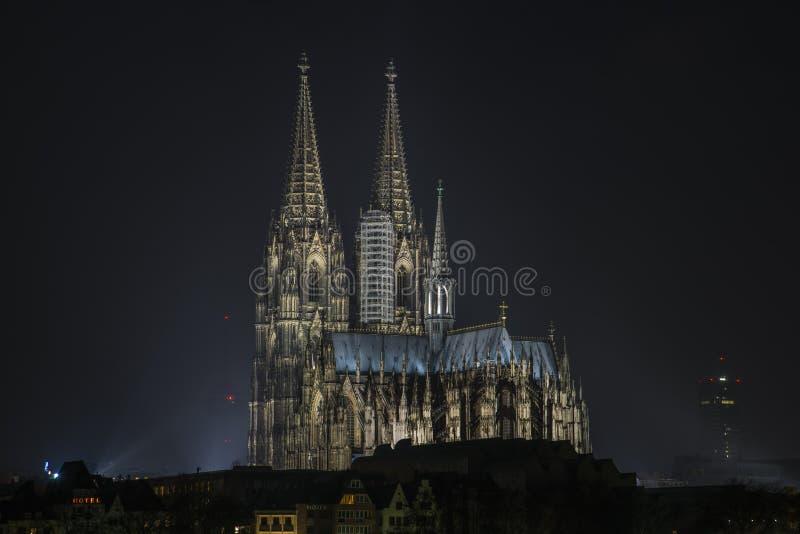 Przy noc kolońska Katedra zdjęcie stock