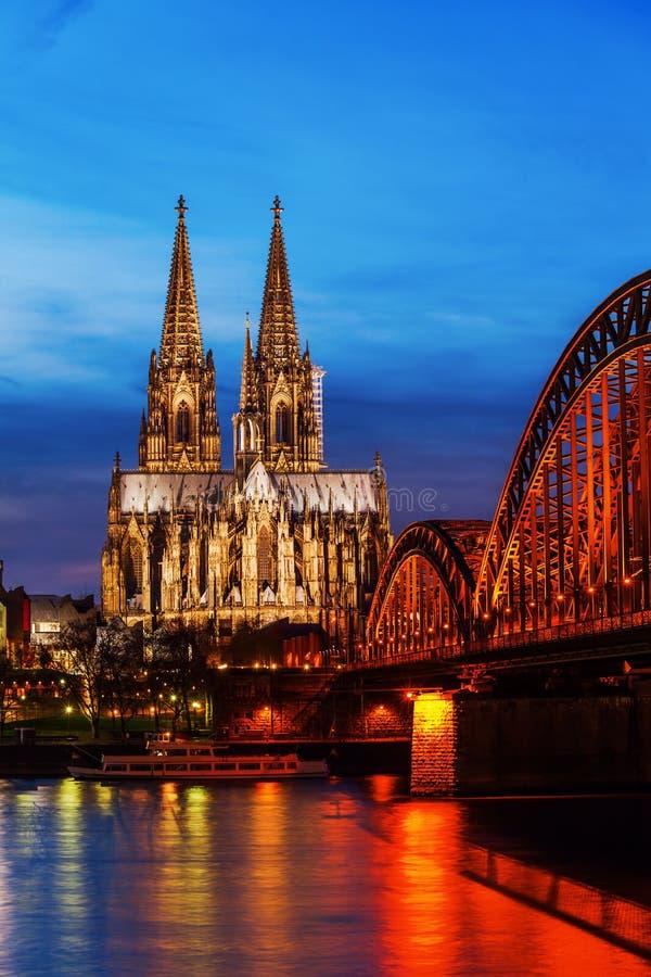Przy noc kolońska Katedra fotografia stock