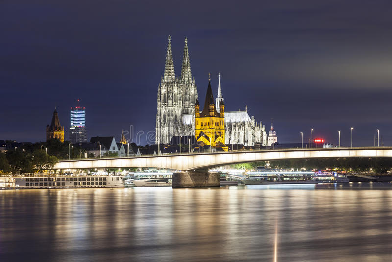 Przy noc kolońska Katedra obraz stock