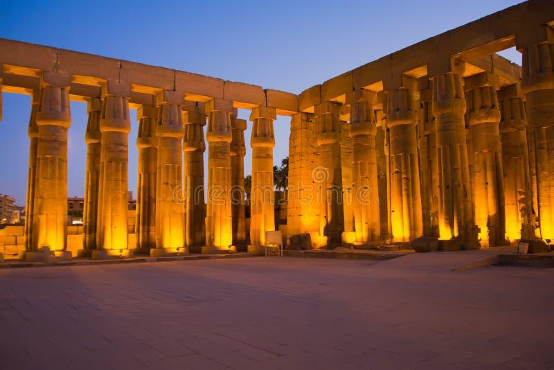 Przy noc Luxor świątynia. (Luxor Thebes Egipt,) fotografia royalty free